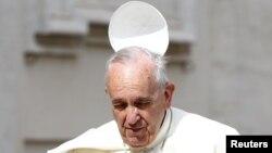 Ветер сорвал тиару с головы Папы Римского Франциска. Ватикан, 24 июня 2015