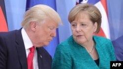 АҚШ президенті Дональд Трамп (сол жақта) пен Германия канцлері Ангела Меркель. Гамбург, 8 шілде 2017 жыл.