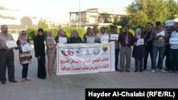 ناشطون واعلاميون في وقفة احتجاجية امام متحف الحلة المعاصر