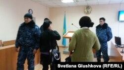 Сотрудники специального подразделения полиции пришли выводить посетителей суда, где был оглашен приговор Махамбету Абжану. Астана, 27 ноября 2017 года.