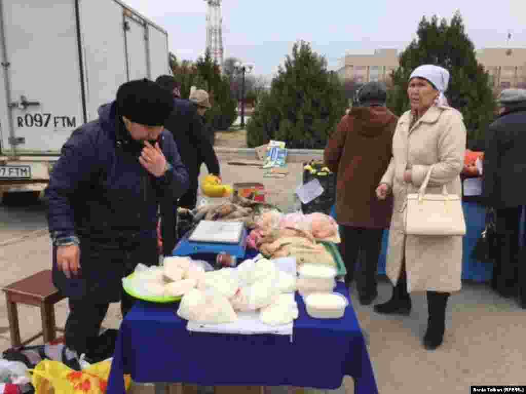 Продавец Мариям торгует мясной и молочной продукцией. На прилавках конина, мясо птицы, творог, сметана. Женщина говорит, что привезла эту продукцию из Актюбинской области. Килограмм творога она продает по 1200 тенге, упаковку домашнего сливочного масла весом около 600-700 граммов – по 900 тенге. Приготовленное из конины традиционное казахское блюдо казы Мариям продает по две тысячи тенге за килограмм.