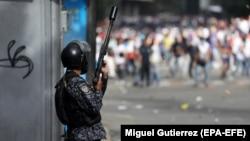 تقابل پلیس و معترضان در خیابانهای کاراکاس