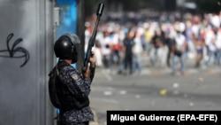 Një zyrtar policor në Venezuelë. Foto nga arkivi.
