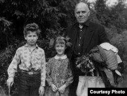 Гаўрыла Іванавіч Гарэцкі з унукамі Кірылам (сын Усяслава) і Вольгай (дачка Радзіма). Дзедаўск, 1969 г.