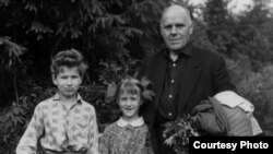 Гаўрыла Гарэцкі з унукамі Кірылам (сын Усяслава) і Вольгай (дачка Радзіма). Дзедаўск, 1969 г.
