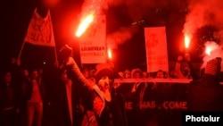 Հայաստան, Երևան, նոյեմբեր, 2014թ․ - Ֆուտբոլի երկրպագուները պահանջում են ՀՖՖ նախագահ Ռուբեն Հայրապետյանի հրաժարականը