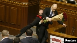 Народний депутат Олег Барна намагається винести прем'єр-міністра Арсенія Яценюка з-за трибуни під час засідання парламенту в Києві, 11 грудня 2015 року
