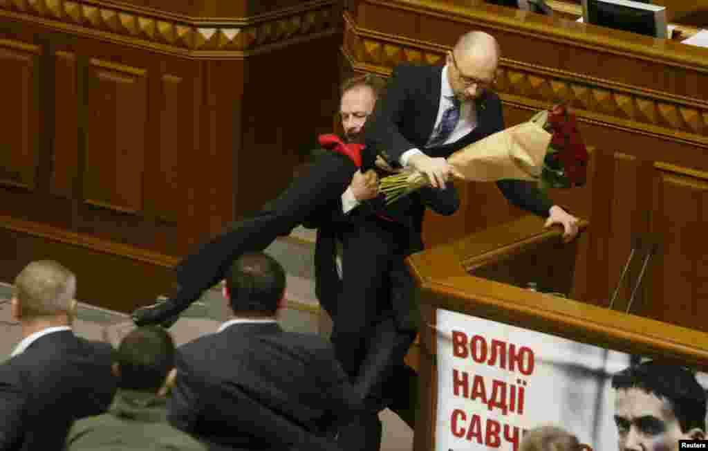 Депутат Верховної Ради Олег Барна намагається винести Арсенія Яценюка з-за трибуни. Грудень 2015 року