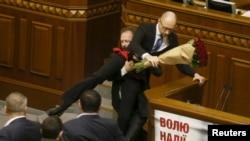 Депутат від «Блоку Петра Порошенка» Олег Барна намагається винести Арсенія Яценюка з трибуни
