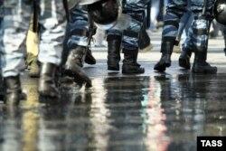 Полицейский спецназ следует на Болотную площадь, чтобы разогнать демонстрантов. Москва, 6 мая 2012 года