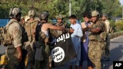 د ننګرهار پر محبس له برید وروسته امنیتي ځواکونو سره د داعش ډلې بیرغ
