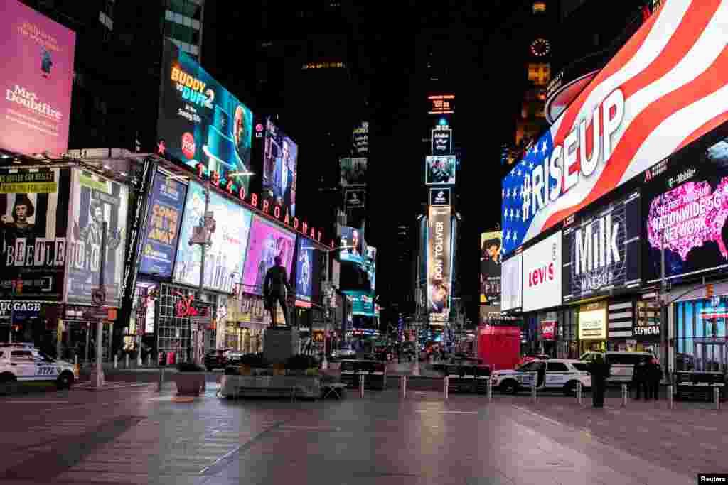 Опустевшая Таймс-сквер в Нью-Йорке, США. В попытке сдержать распространение инфекции власти попросили жителей самоизолироваться и не выходить из дома.Всемирная организация здравоохранения не исключает, что Соединенные Штаты вскоре могут стать новым эпицентром глобальной пандемии коронавируса: в стране уже более 55 тысяч выявленных случаев заражения.