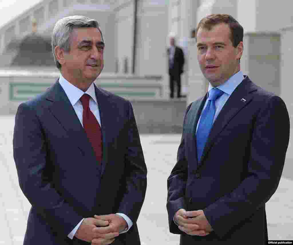 Россия – Президент России Дмитрий Медведев (справа) приветствует президента Армении Сержа Саргсяна, Казань, 24 июня 2011
