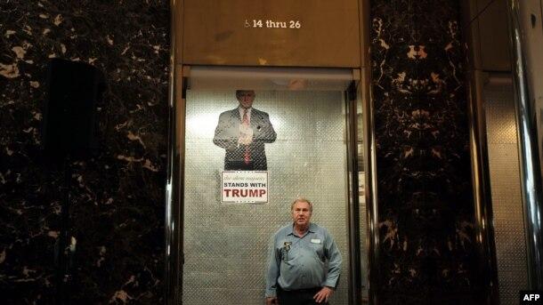 Izborni plakat Donalda Trampa u liftu zgrade Tramp u Njujorku