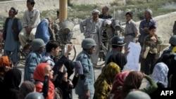 Muškarci posmatraju protest protiv nasilja nad ženama u Avganistanu