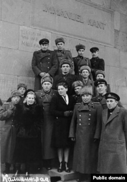 Групповой портрет у надгробия Канта. Вторая половина 1940-х гг. Автор неизвестен