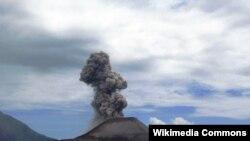 """Вулкан """"Анак Кракатау"""", извержение 2008 года"""