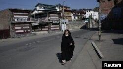 Жінка йде вулицею в Срінаґарі, серпень 2019 року