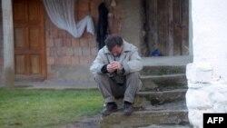 Serbiyada qohumlarını itirmiş kişi ağlayır.