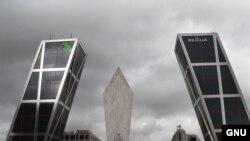 "Башни KIO, Мадрид. Фото Manuel González Olaechea y Franco, <a href= ""http://en.wikipedia.org/wiki/Image:TorresKio.JPG"" target=_blank>GNU Free Documentation</a>"