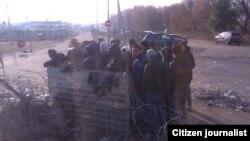 Автобуска 1500 рубль төлөөдөн баш тартып, чек араны жөө өтүүгө келген мигранттар.
