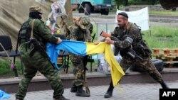 Бойовики угруповання «ДНР» у Донецьку, травень 2014 року