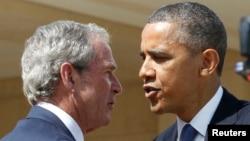 Президент США Барак Обама (справа) и бывший президент США Джордж Буш-младший (слева). Даллас, 25 апреля 2013 года.