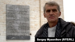 Мемориальная плита и ее автор Сергей Харюков