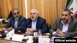 حشمتالله فلاحتپیشه (راست) همراه با محمدجواد ظریف (نفر وسط) در کمیسیون امنیت ملی مجلس ایران