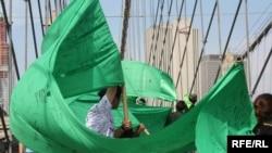بخشهایی از طومار سبز بر پل بروکلین نیویورک