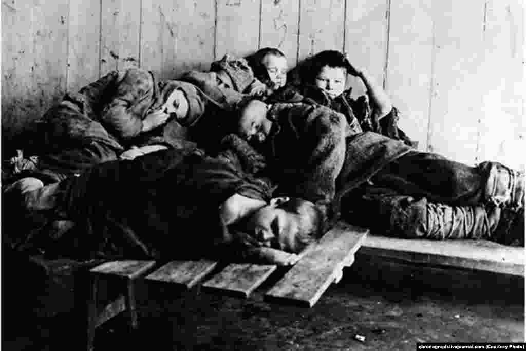 Поволжьеде аштықтан қаза тапқан балалар.