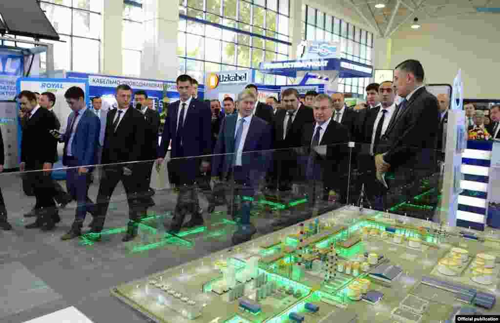 Қырғызстан мен Өзбекстан лидерлері Ташкенттегіөзбекстандық өнеркәсіп өнімдеріне арналған көрмеде.