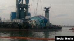 Підняття затонулого катеру «Іволга» із морського дна. Одеса, 19 жовтня 2015 року (Фото з твіттеру Геннадія Зубка)
