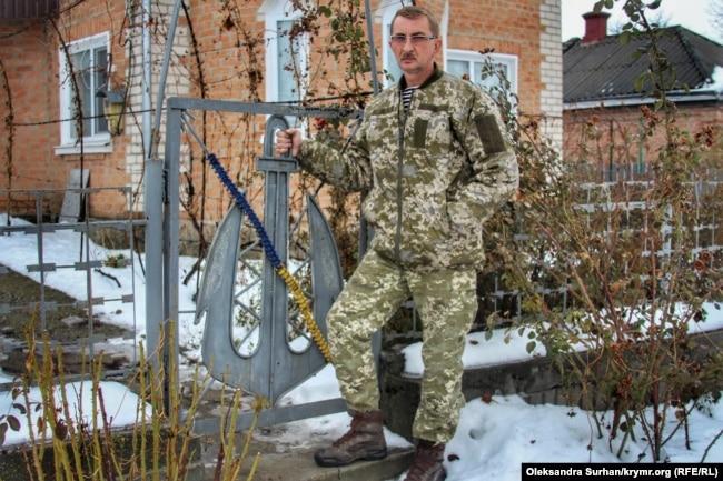 Микола Мокряк, батько Романа біля їхнього будинку