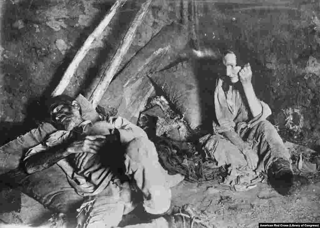 Žena u ruskoj regiji Samara beznadežno gleda u svog umirućeg supruga 1921. godine. Postoji značajna serija fotografija nepoznatih autora iz američkog Crvenog krsta tokom ekspedicija u Rusiju, u vreme građanskog rata i gladi koja je harala zemljom pre jednog veka.