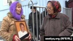 Қалалық сотқа хат тапсырғандар адамдар. Алматы, 20 қараша 2013 жыл.