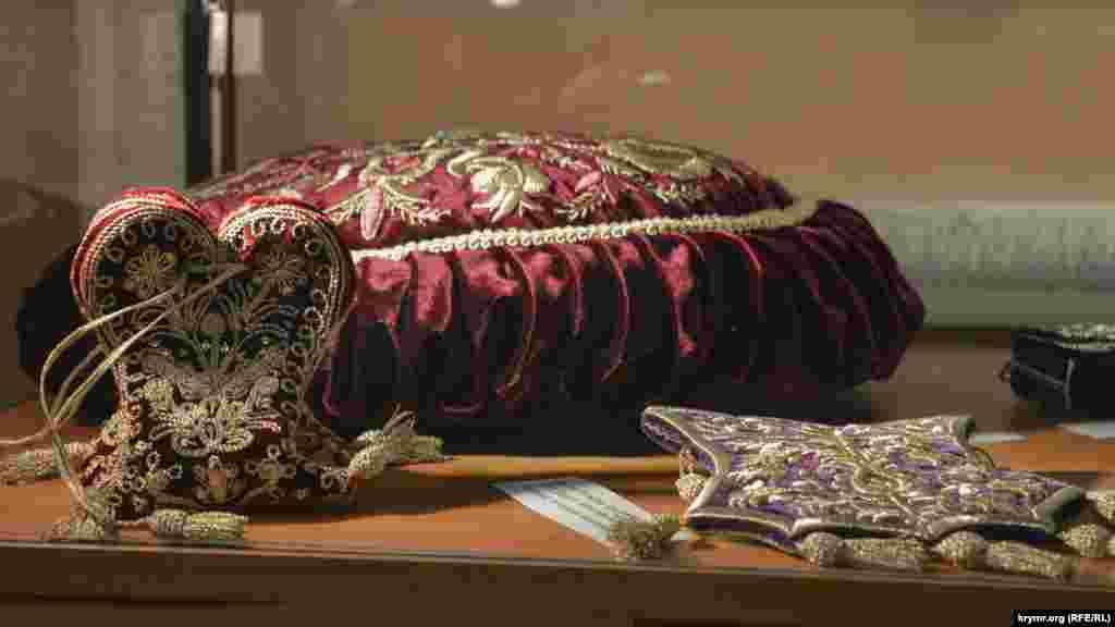 Предмети побуту з орнаментом: подушка й кисети.