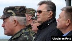 Віктор Янукович (ц) на Яворівському полігоні