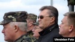 Беглый президент Украины Виктор Янукович во время военных учений на Яворивском полигоне, 10 октября 2013 года
