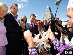 Президенты России и Эстонии Дмитрий Медведев и Тоомас Хендрик на Всемирном конгрессе финно-угорских народов в Ханты-Мансийске, 29 июня 2008 года