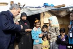 Филиппо Гранди (слева) с сирийскими беженцами в одном из лагерей в Ливане