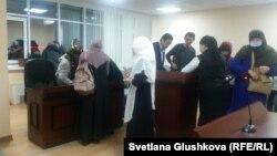 """Мектептегі """"хиджаб дауы"""" туралы іс бойынша сотқа қатысушылар мен тыңдаушылар. Астана, 30 қараша 2017 жыл."""