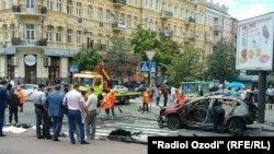 Журналисттин унаасы жардырылган жер. Киев, 20-июль, 2016-жыл.