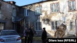Ветхий дом по улице Туркестан в Шымкенте, признанный аварийным. 23 февраля 2017 года.