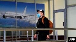 Український турист в залі прибуття міжнародного аеропорту «Бориспіль» після того, як його літак приземлився з Китаю, 30 січня 2020 року