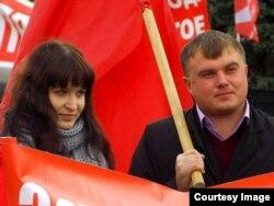 Сергей Горр (оң жақта) шеруде тұр.