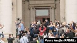 Vučić ulazi u parlament