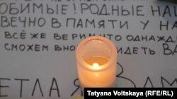 Зажженная свеча в память о жертвах авиакатастрофы А321