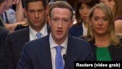 Facebook компаниясының негізін салушы әрі басшысы Марк Цукерберг АҚШ Конгресі сенатында есеп беріп тұр. Вашингтон, 11 сәуір 2018 жыл.