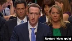 Основатель и глава компании Facebook Марк Цукерберг даёт показания на слушаниях в cенате США. Вашингтон, 10 апреля 2018 года.
